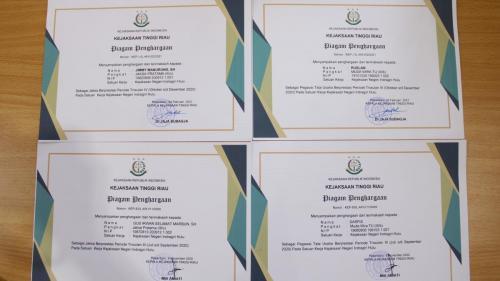 Kepala kejaksaan negeri Indragiri hulu, Furkon Syah Lubis, S.H., M.H., menyerahkan sertifikat kepada pegawai kejaksaan negeri Indragiri hulu yang berprestasi pada Trriwulan I Tahun 2021.